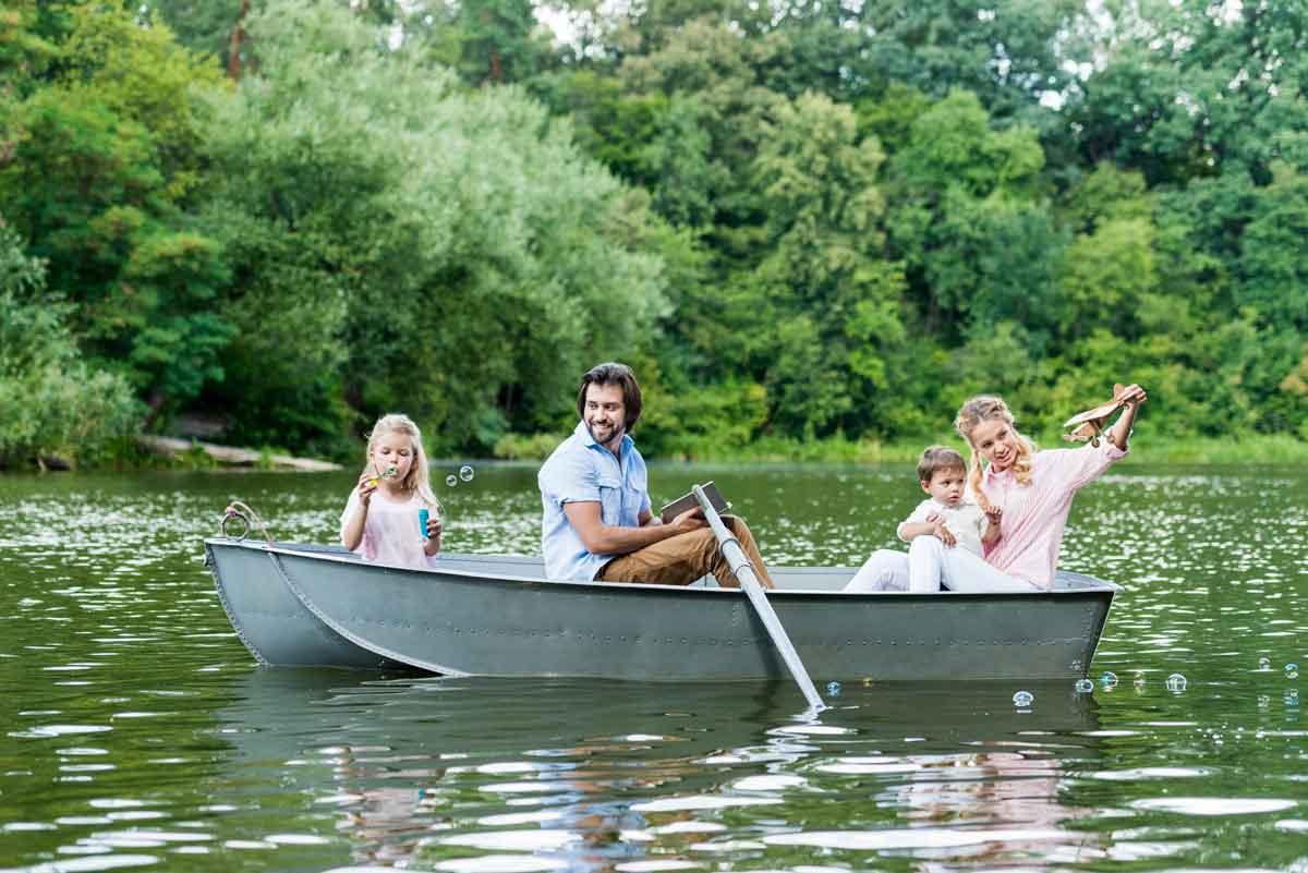 huisje aan het water varen met gezin